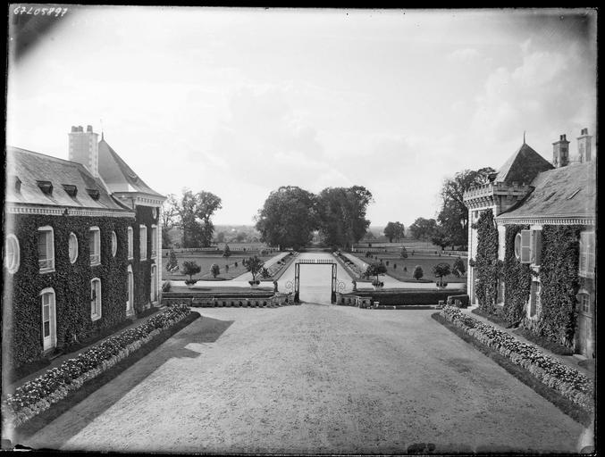Cour d'honneur : pavillons et allée