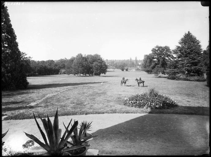 Parc : cavaliers sur la pelouse