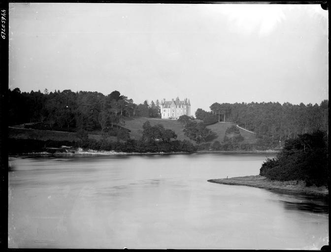 Ensemble sur parc, rivière de Quimper au premier plan