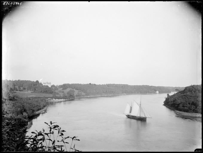 Rivière de Quimper : ancien voilier sur l'eau