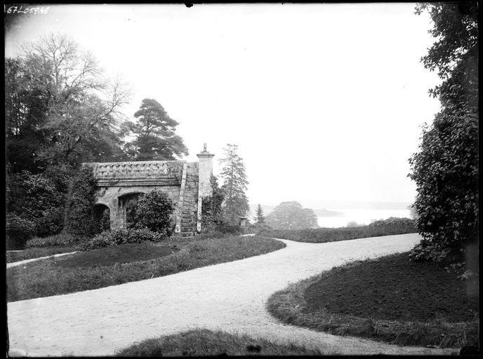 Porche et escalier dans le parc, rivière de Quimper