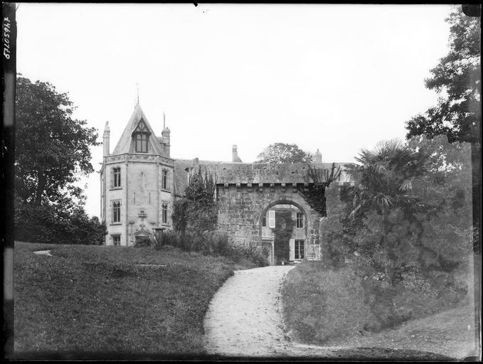 Portail de Kerlot et tour du château