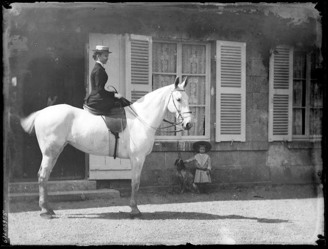 La Comtesse de Murat à cheval et fillette tenant un chien