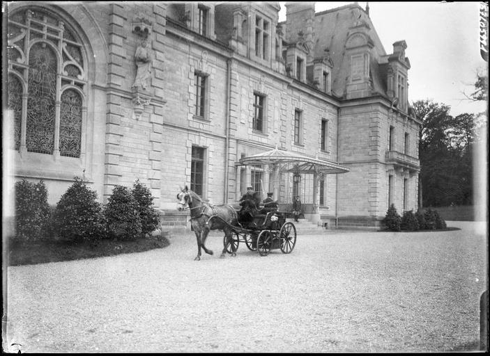 Voiture attelée devant la façade, le cocher et deux hommes