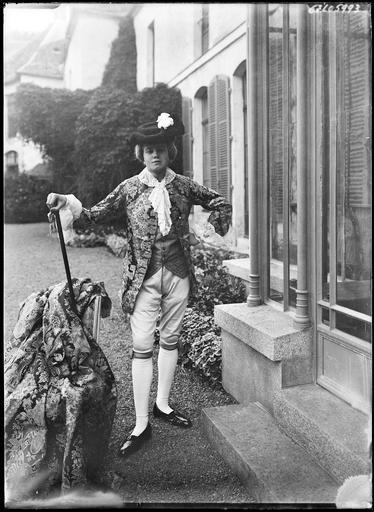 Portrait en pied d'un jeune homme en costume de marquis