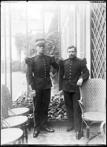 Portrait de deux militaires sous la véranda