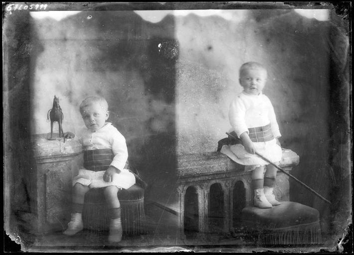Portrait de sa famille : deux portraits d'un garçonnet assis#