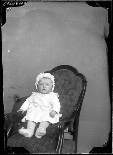 Portrait de sa famille : un bébé assis#