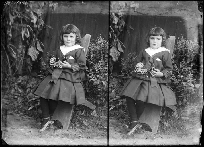 Portrait de sa famille : une fillette assise dans le jardin#