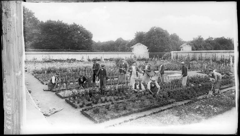 Jardiniers dans le potager