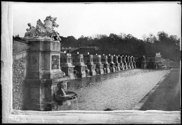 Parc : les grandes cascades en bordure du canal, sculpture