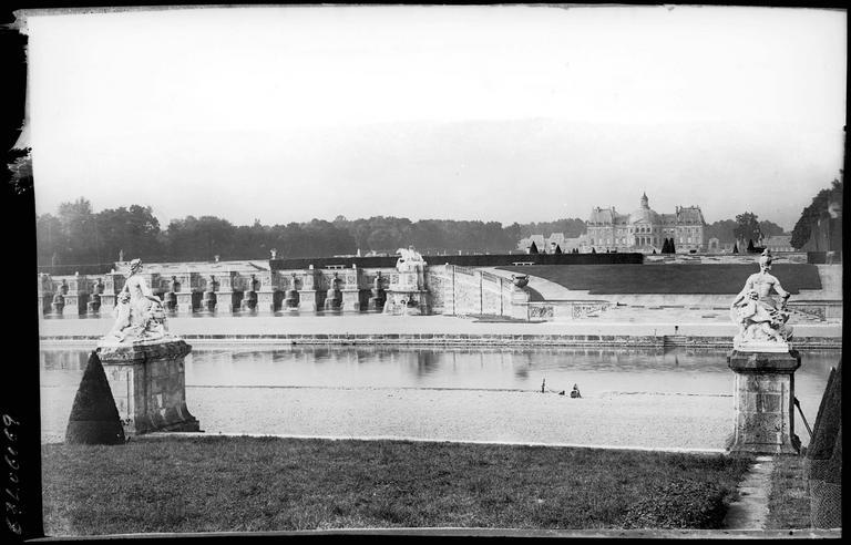Parc : les grandes cascades en bordure du canal, sculptures