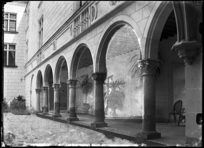 Galerie à arcades sur cour intérieure