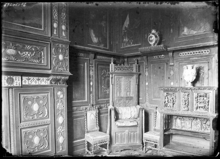 Intérieur : pièce avec boiseries et trône