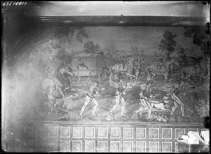 Intérieur : tapisserie murale, un carrosse et des chevaux