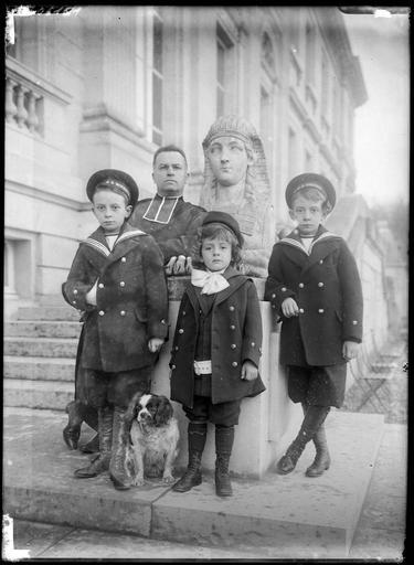 Boniface, Jason et Gorges (de gauche à droite), fils de Boniface de Castellane et Anna Gould, avec l'abbé Cagnac