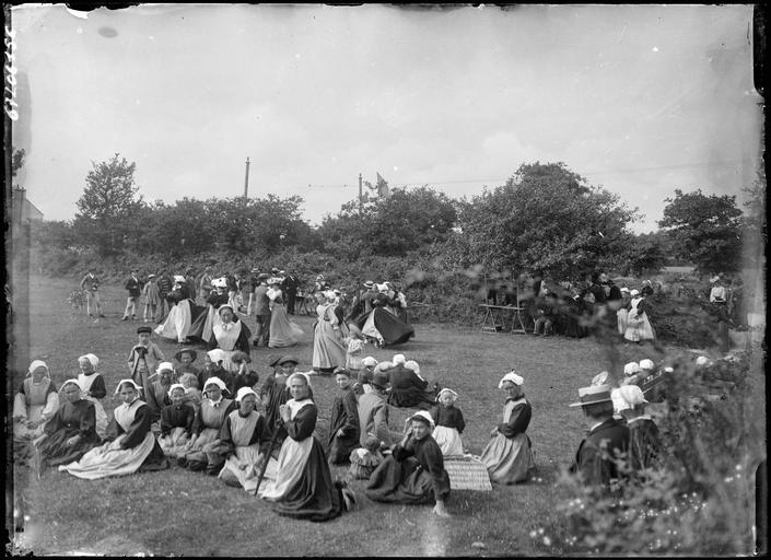 Regroupement de bretonnes en costume traditionnel dans un champ