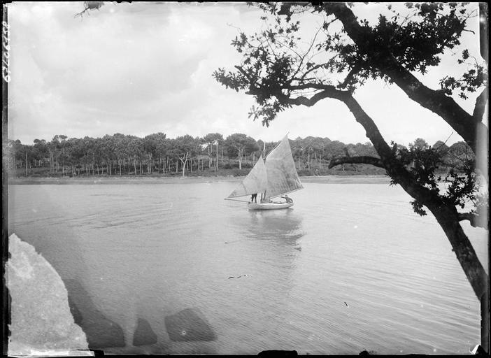 Voilier ancien sur un plan d'eau