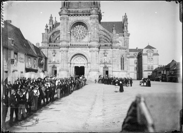 Procession de bretons en costume traditionnel sur la place de l'église