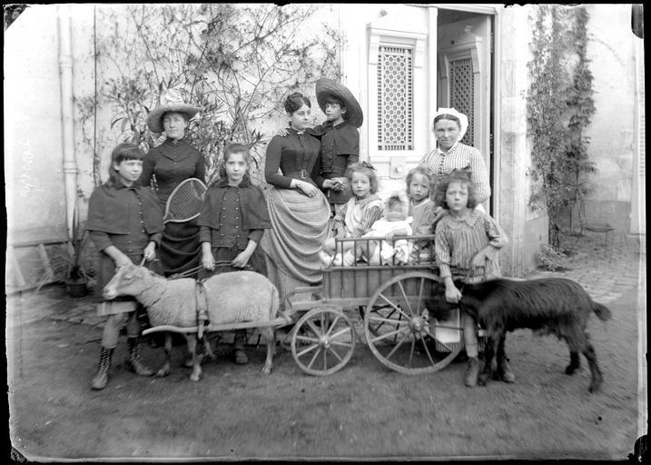 Portrait de la famille De Lesseps, enfants dans une brouette tirée par un mouton