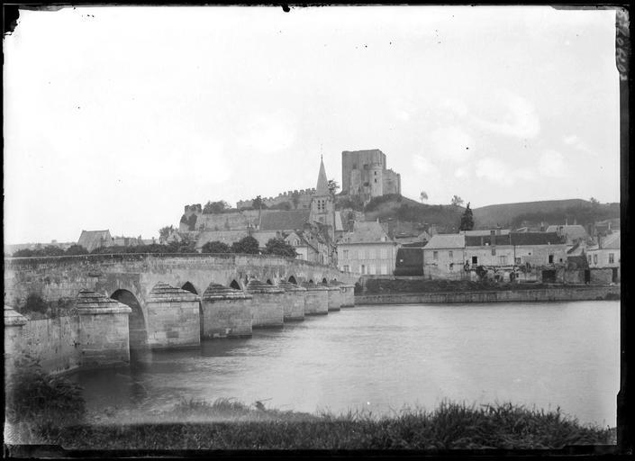 Vue panoramique : pont, clocher de l'église, donjon du château