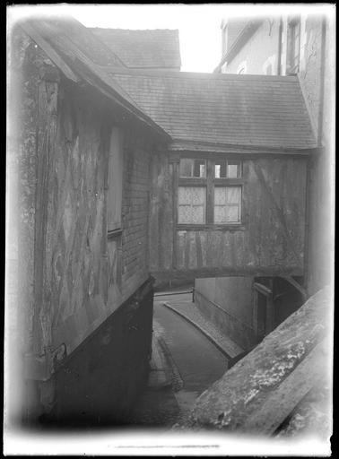 Maison ancienne enjambant une rue étroite