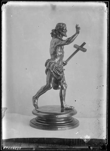 Sculpture d'un homme à la croix