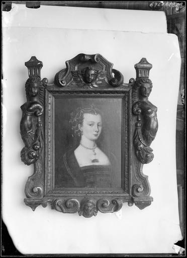 Peinture d'une femme au cadre sculpté