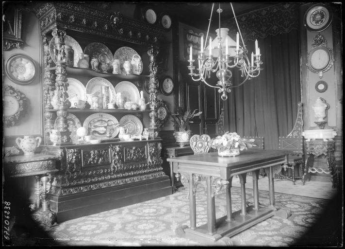 Intérieur : décoration de la salle à manger, vitrine de faïencerie