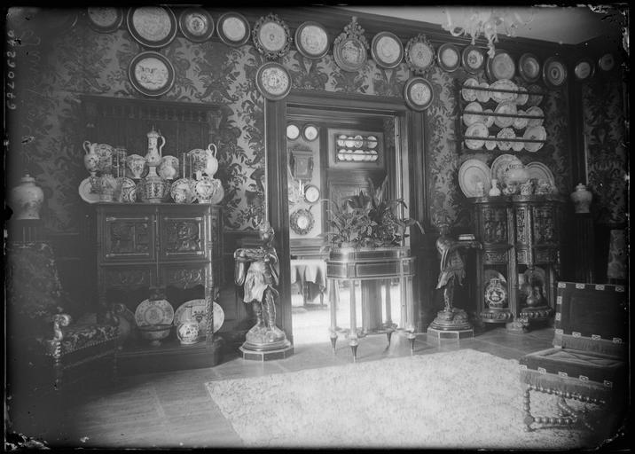 Intérieur : décoration d'une pièce, exposition de faïencerie