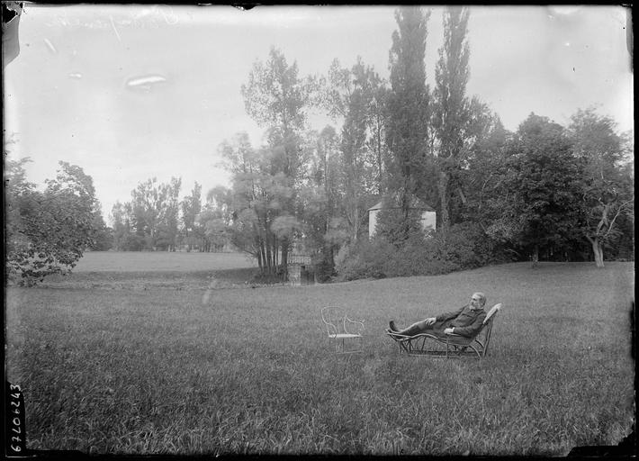 Dans le parc, un homme allongé sur une chaise longue