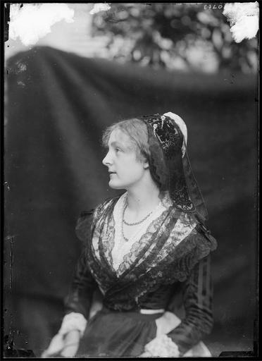 Portrait de Madame de Rozières en Arlésienne