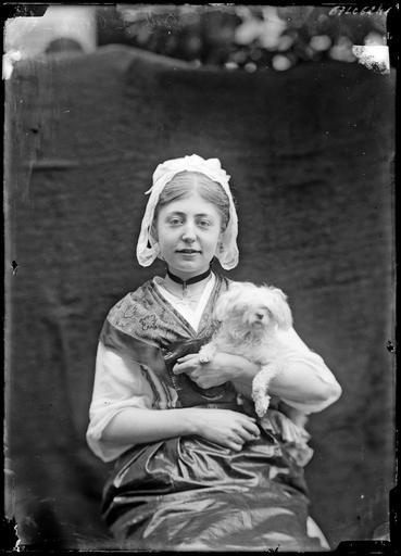 Portrait de Madame de Rozières en bretonne avec un chien