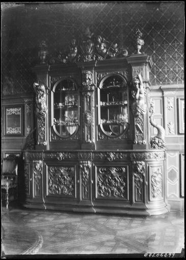 Intérieur : buffet en bois sculpté