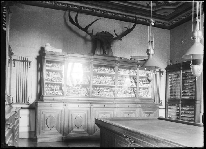 Intérieur : salle de billard avec meubles d'exposition