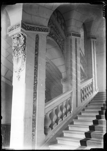 Intérieur : escalier à balustres, pilier
