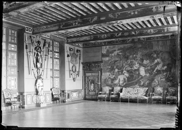 Intérieur : salle des gardes, armures et tapisserie murale