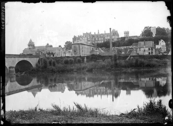 Vue générale de la ville et du pont, le château en arrière-plan