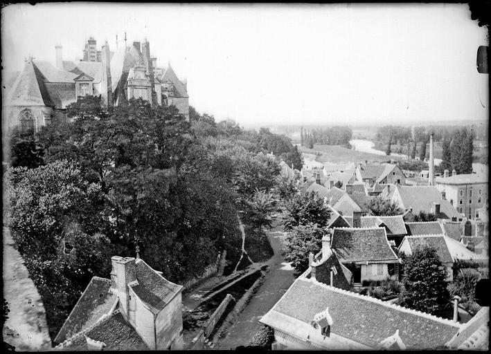 Vue plongeante sur les maisons prise du château