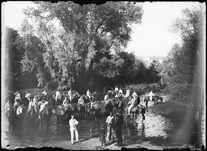 Traversée d'une rivière par une troupe à cheval