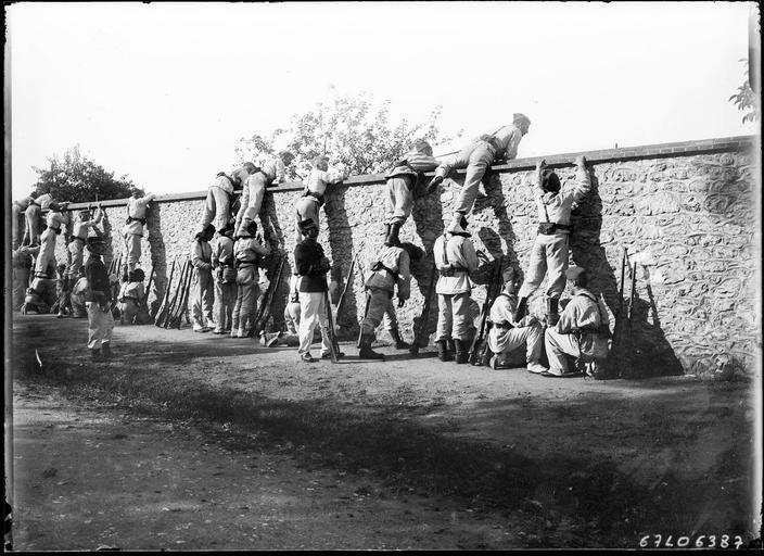 Exercice militaire : escalade d'un mur