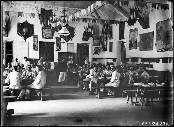 Repas de militaires dans un réfectoire