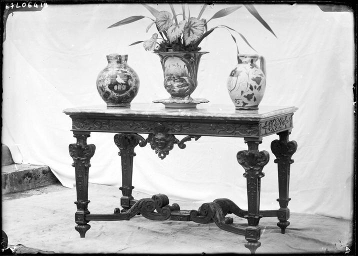 Vases décorés sur une table