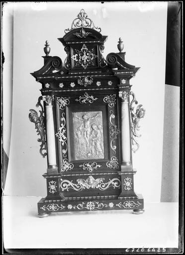 Meuble à colonnettes et sculptures