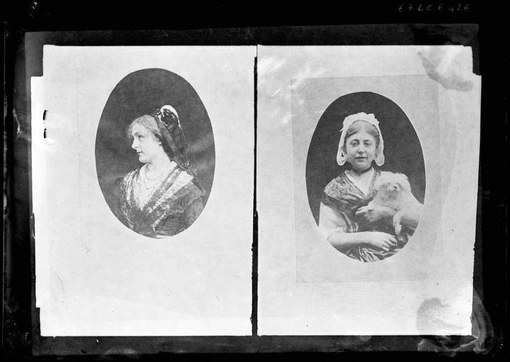 Deux portraits de Mademoiselle de Rozun et un chien dans un cadre ovale
