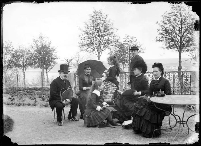 Portrait de groupe : le Ministre Billaut et la famille du sénateur Dufay sur une terrasse