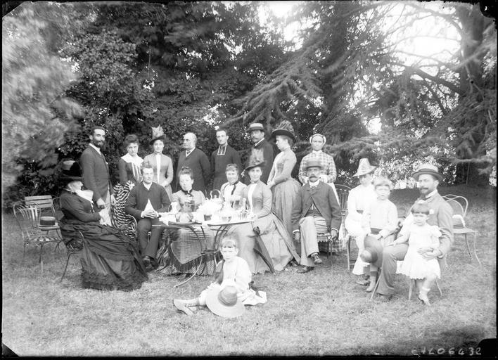 Portrait de la famille Maignant dans le parc#