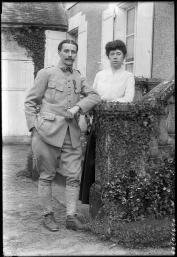 Portrait de sa famille : son fils Robert en militaire avec sa femme#