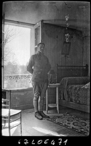 Portrait de sa famille : son fils Robert en militaire dans une chambre##