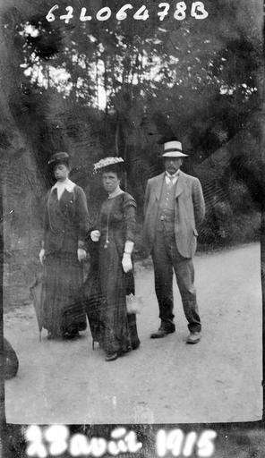Portrait de sa famille : trois personnes dans le jardin#
